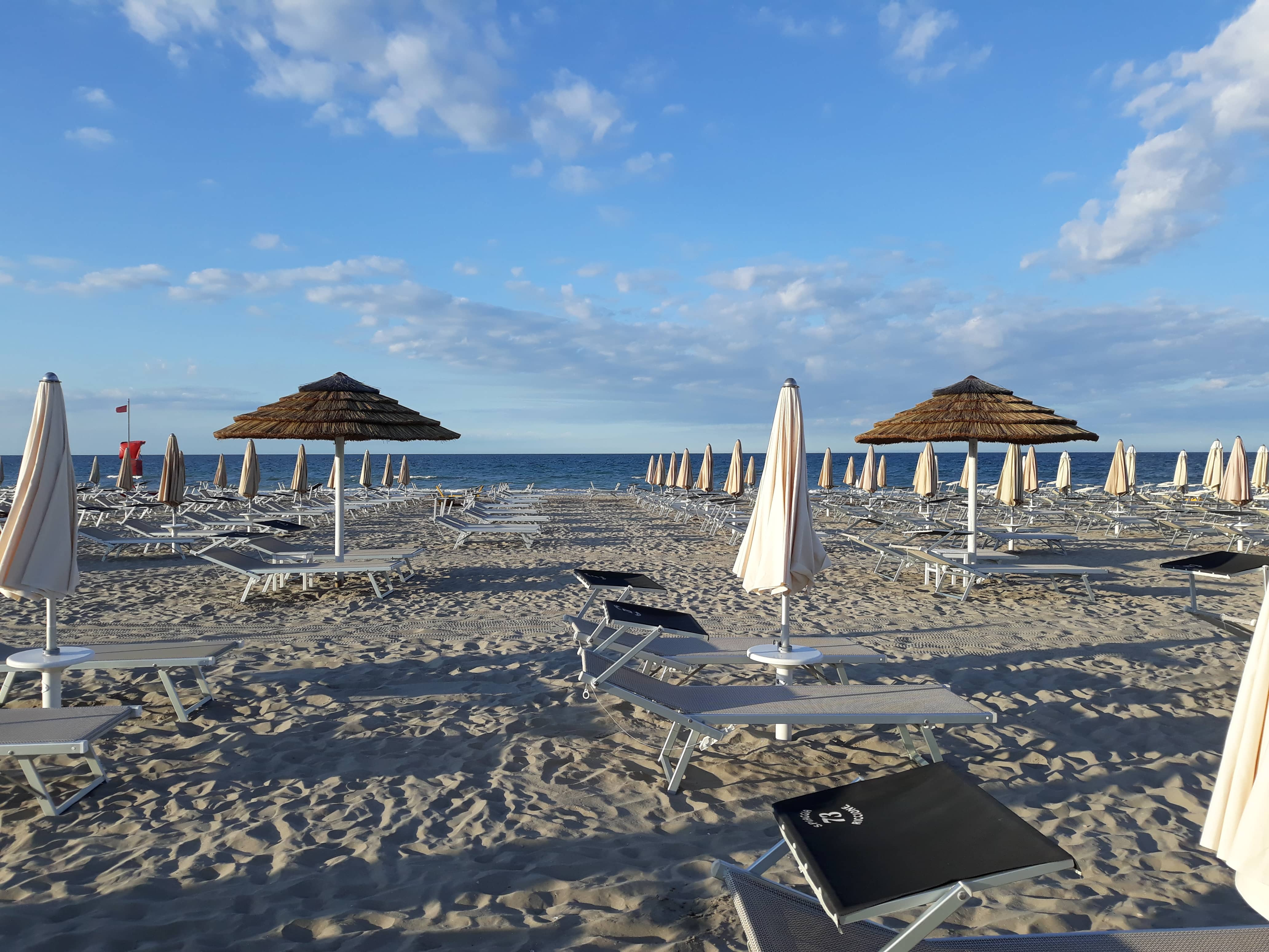 spiaggia ombrelloni lettini